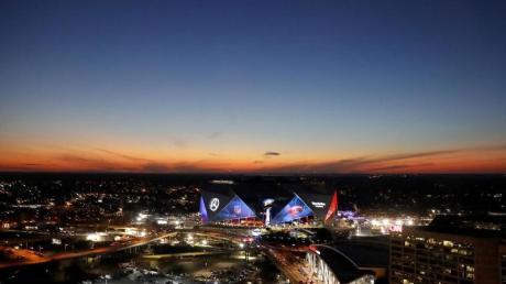 Der Super Bowl zwischen den New England Patriots und den Los Angeles Rams wird im Mercedes-Benz Stadion ausgetragen. Die Veranstaltung ist zum Politikum geworden.