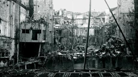 Das Innere des Theaters nach der Bombennacht vom 25. auf den 26. Februar 1944. Von den Logen blieben nur eiserne Gerippe, die Drehbühne überstand jedoch das Brand-Inferno.