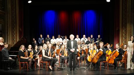 Beim Orchesterfest im Musentempel standen mehr als 50 Musiker auf der Bühne. Wolfgang Scherer (Mitte) leitet das LechWertach-Orchester, das im Theater des Kurhauses Göggingen ein mehr als zweistündiges Programm darbot.