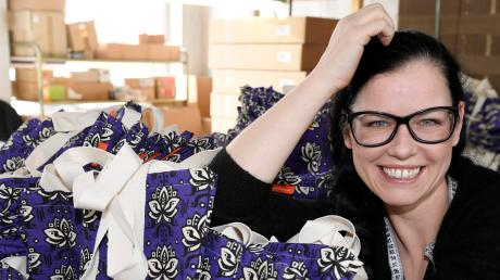 Sina Trinkwalder, 41, in der Näherei ihrer vor zehn Jahren gegründeten, ökosozialen Textilfirma manomama in Augsburg, in der Taschen, Shirts und Jeans gefertigt werden.
