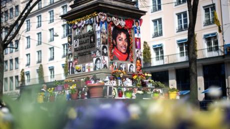 Der Sockel des Denkmals für den Komponisten Orlando-di-Lasso ist zum Michael Jackson Denkmal umfunktioniert worden. Foto: Sina Schuldt