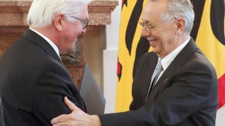 Bundespräsident Frank-Walter Steinmeier verleiht Dieter Kosslick das Bundesverdienstkreuz. Foto: Wolfgang Kumm