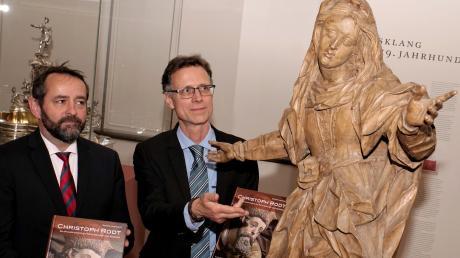 Auch diese Marienstatue aus dem Maximilianmuseum hat der Bildhauer Christoph Rodt von einem Schwabenmädle abgeschaut. Mit seiner Schnitzkunst befand sich der Meister zwischen Renaissance und Barock auf der Höhe der Zeit, finden Verleger Christoph Konrad (links) und Buchautor Georg Hartmetz.