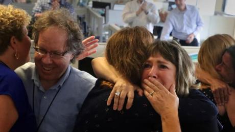 Unbändige Freude bei den Mitarbeitern der «Sun-Sentinel». Foto: Carline Jean/South Florida Sun-Sentinel/AP