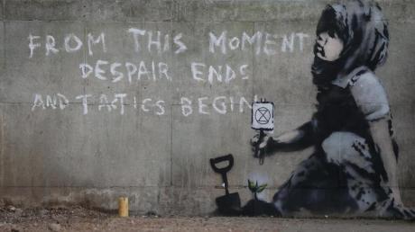 Das Graffito mit der Aufschrift «Von diesem Moment an endet die Verzweiflung und die Taktik beginnt» könnte vom britischen Streetart-Künstler Banksy stammen.