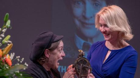 Die Schauspielerin Katharina Thalbach (l) erhält von der Ministerpräsidentin von Mecklenburg-Vorpommern Manuela Schwesig (SPD) den Ehrenpreis. Foto: Jens Büttner