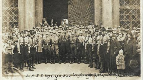 Die Bildunterschrift hat schon jemand direkt auf das Foto geschrieben: Dieses Zeitdokument aus dem Jahr 1933 zeigt SA- und SS-Mitglieder, die am 9. März 1933 das Augsburger Rathaus besetzen.