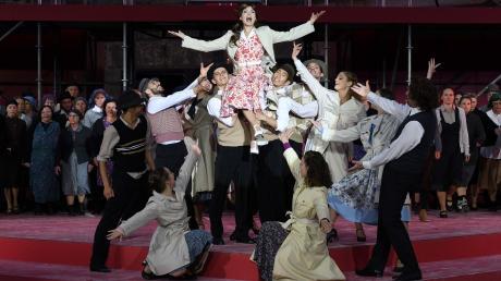 In der Ulmer Version von Andrew Lloyd Webbers weltweitem Musical-Hit ist Julia Steingaß (oben auf) die Evita.