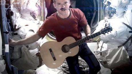 """Astronaut Chris Hadfield sang 2013 auf der Internationalen Raumstation ISS seine Version von Bowies """"Space Oddity"""". Foto: Chris Hadfield/CSA/NASA"""