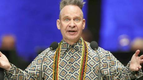 Theaterregisseur Peter Sellars hält eine Rede zur Eröffnung der Salzburger Festspiele in der Felsenreitschule.