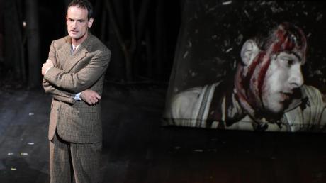 """Jörg Hartmann in Horváths Drama """"Jugend ohne Gott"""" in Salzburg. Foto: Barbara Gindl"""