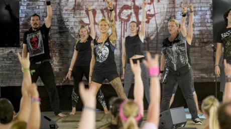 Saskia Thode (3.v.l.) zeigt, wie's geht: Yoga in Wacken.
