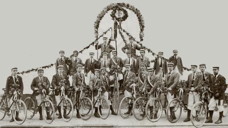 Radfahrerriege des Turnvereins Augsburg 1847 nach einem Radler-Blumenkorso im Jahre 1899.