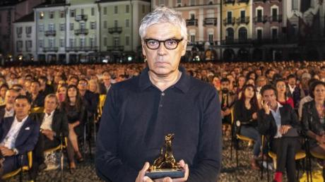 Pedro Costa auf der Piazza Grande:Für seinen Slum-Film «Vitalina Varela» hat der portugiesische Regisseur den Goldenen Leoparden gewonnnen.
