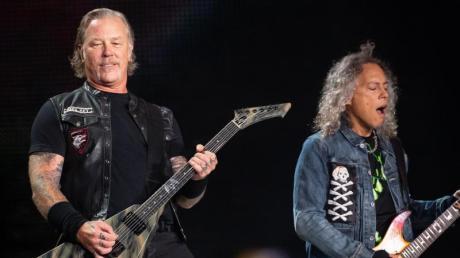 James Hetfield (links), Frontsänger der US-Metal-Band Metallica, und Kirk Hammett, Gitarrist, Seite an Seite.