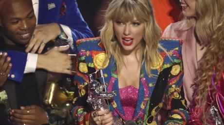 Taylor Swift mit ihrem Mondmann für das «Video des Jahres».