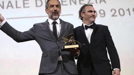Die großen Gewinner des Abends: der Regisseur Todd Phillips (l) neben dem Schauspieler Joaquin Phoenix.