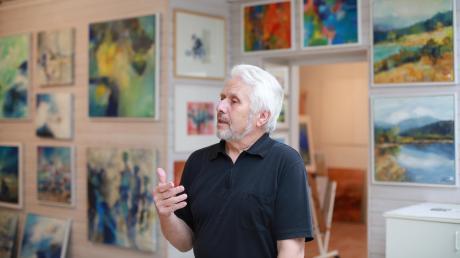 Nicht nur ein leidenschaftlicher Künstler, sondern auch ein eloquenter Erklärer: Klaus Färber in seinem Atelier in der Herwartstraße in Augsburg, wo er nun zum letzten Mal eigene Arbeiten präsentiert.