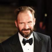 """Der britische Schauspieler RalphFiennes spielt eine der Hauptrollen in """"The King's Man"""". Alle Infos zu Start, Besetzung, Handlung, Trailer, Länge und FSK erfahren Sie hier."""