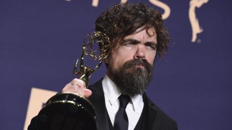 Peter Dinklage mit seinem Emmy als «Bester Nebendarsteller in einer Drama-Serie».