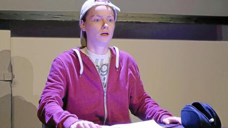 Als Mobbing-Opfer Jürgen fordert Lisa Fertner das Publikum heraus.