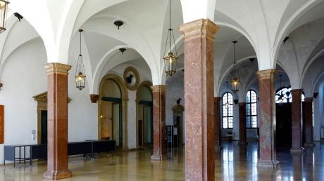 Die Säulen aus Rotscheck-Marmor aus einem Steinbruch bei Adnet im Salzburger Land tragen im unteren Fletz des Rathauses das Gewölbe seit 1616. Jede Säule wiegt 3800 Kilogramm.