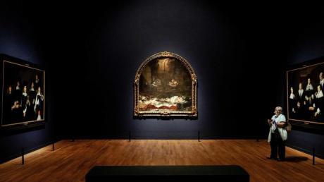Die Gemälde «Regenten des Haarlem Oudemannenhuis», «Finis Gloriae Mundi» und «Regenten des Haarlem Oudemannenhuis» im Amsterdamer Reichsmuseum. Foto: Robin Van Lonkhuijsen/ANP/dpa