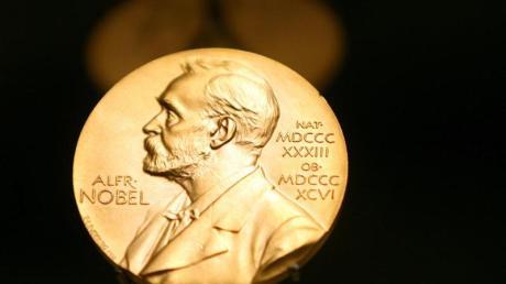 Eine Medaille mit dem Konterfei von Alfred Nobel im Stockholmer Nobel Museum. Foto: Kay Nietfeld/dpa