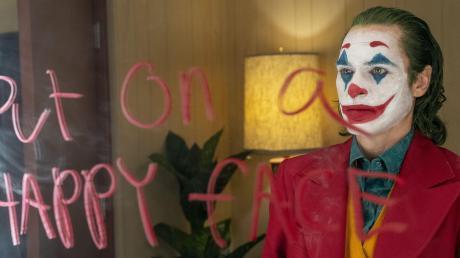 Sein Lebensmotto notiert Arthur Fleck alias Joker (Joaquin Phoenix) auf den Spiegel: Behalte ein fröhliches Gesicht.
