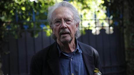 Literaturnobelpreisträger Peter Handke steht auf dem Grundstück seines Hauses in Chaville. Foto: Francois Mori/AP/dpa