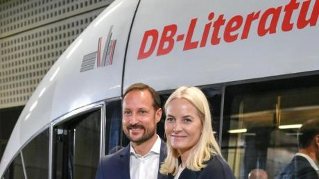 Kronprinz Haakon und Kronprinzessin Mette-Marit im Berliner Hauptbahnhof. Foto: Jens Kalaene/dpa