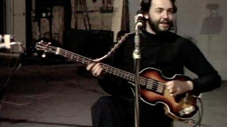Das Foto aus dem Januar 1969 zeigt den Musiker Paul McCartney mit seiner später verlorenen Bass-Gitarre. Foto: -/Apple Films Ltd./Höfner GmbH/dpa