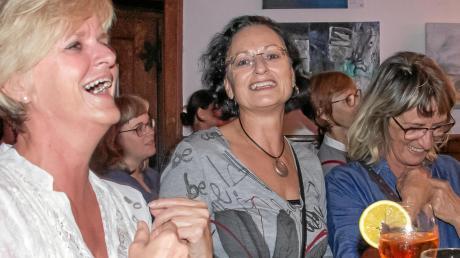 """Stammgäste des """"VolxGesangs"""" im Abraxas (linkes Bild, von links): Uschi Oberosler, Christa Preschl und Petra Pimpl."""