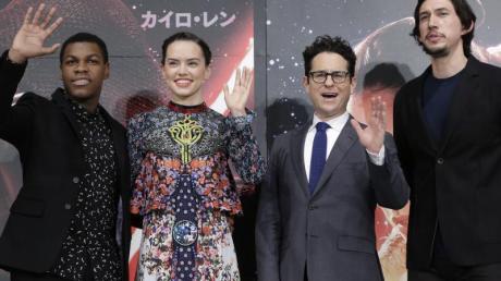 Sie sind auch beim Finale wieder mit dabei:John Boyega, Daisy Ridley,Regisseur J.J. Abrams und Adam Driver. Foto: Kiyoshi Ota/epa/dpa