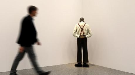 Ein Mann geht an der Installation «Martin, ab in die Ecke und schäm Dich» von Martin Kippenberger vorbei. Foto: Oliver Berg/dpa