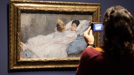 """Das Gemälde """"Frau mit Fächer"""" von Berthe Morisot in der Hamburger Kunsthalle."""