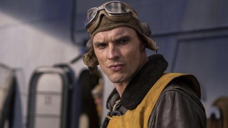 """Die entschlossene Miene sagt alles: Kampfflieger Dick Best (Ed Skrein) ist einer der Helden von Roland Emmerichs """"Midway""""."""