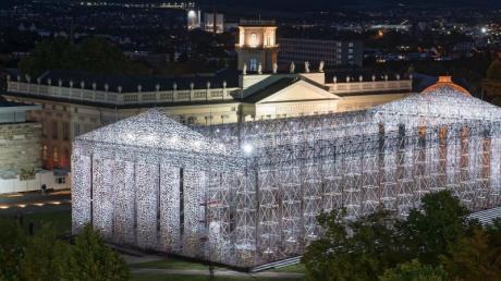 Klimaschutz wird ein wichtiges Thema bei der nächsten documenta - Blick auf das beleuchtete documenta-Kunstwerk «The Parthenon of Books» der argentinischen Künstlerin Marta Minujin in Kassel (2017). Foto: Uwe Zucchi/dpa