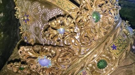 Die Mitrenkrone sitzt auf dem mit Stoff bedeckten Schädel von Kaiser Friedrich III. (1415-1493). Foto: -/DOMBAUHÜTTE ZU ST. STEPHAN/APA/dpa