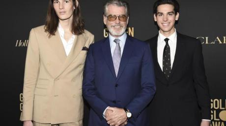Dylan Brosnan (l) und Paris Brosnan (r), Söhne des Schauspielers Pierce Brosnan (M, werden Golden-Globe-Botschafter. Foto: Dan Steinberg/Invision/AP/dpa
