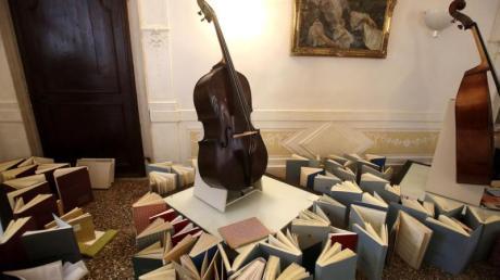 Musikinstrumente stehen im Konservatorium der Stadt Venedig auf einer aus Musikbüchern gebauten Empore, um vor Wasser geschützt zu werden.