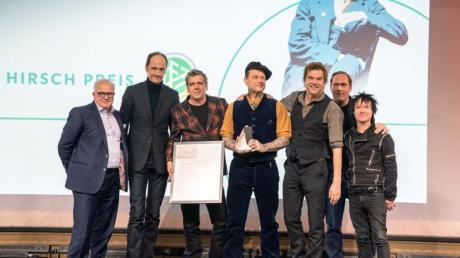 DFB-Präsident Fritz Keller (l), Laudator Thees Uhlmann (2.v.r.) und Die Toten Hosen bei der Verleihung des Julius-Hirsch-Preises. Foto: Frank Rumpenhorst/dpa