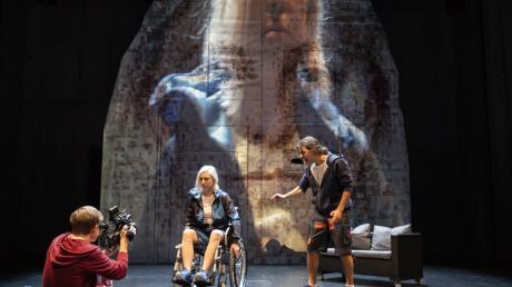 """Julius Kuhn, Marlene Hoffmann und Baris Kirat in """"Freiheit.pro"""" (von links)."""