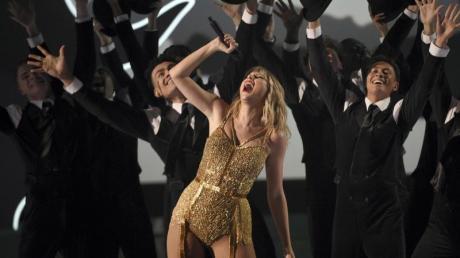Taylor Swift tritt mit einem Medley im Microsoft Theater auf.