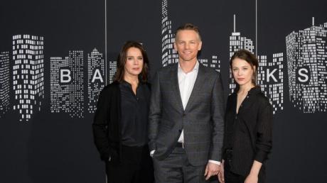 Désirée Nosbusch (links), Barry Atsma und Paula Beer spielen die Hauptrollen in dem ZDF-Mehrteiler «Bad Banks» .