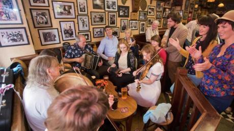 Besucher eines Pubs in Galway musizieren gemeinsam.