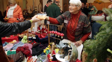 """Annemarie Karrer verkauft am Stand der Kindernothilfe allerlei Selbstgemachtes. Die 76-Jährige ist schon zum sechsten Mal beim """"Hochzoller Advent"""" dabei."""