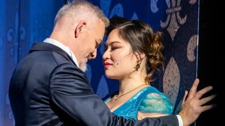 """Hier wächst zusammen, was zusammen gehört: Alejandro Marco-Buhrmester als Graf Danilo und Jihyun Cecilia Lee als""""Lustige Witwe""""."""