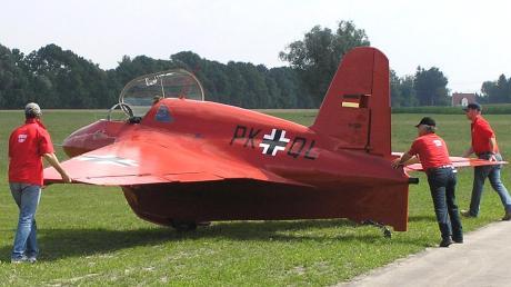"""Serie 9 Museum 2 Das Replikat des Raketenjägers """"Me 163 BS"""" im """"Flugmuseum Messerschmitt"""" ist nicht nur Ausstellungsobjekt: Das Foto entstand bei einem Flugtag in Augsburg."""