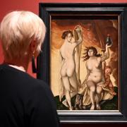 """Blick auf die """"Zwei Hexen"""" (1523) von Hans Baldung Grien in der Kunsthalle Karlsruhe."""